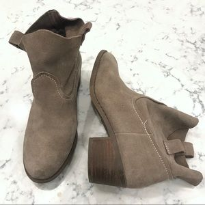 Carlos Santana Pull on Suede Booties Size 8M Taupe
